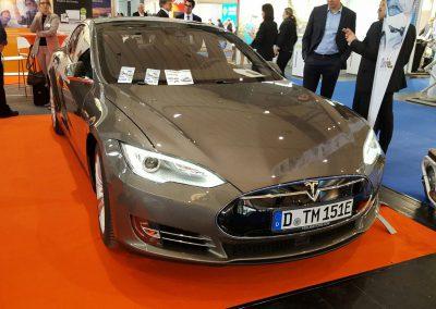 Fördermittel der ecogreen Energie im Rahmen der expert AG Messe mit einem Tesla Model S
