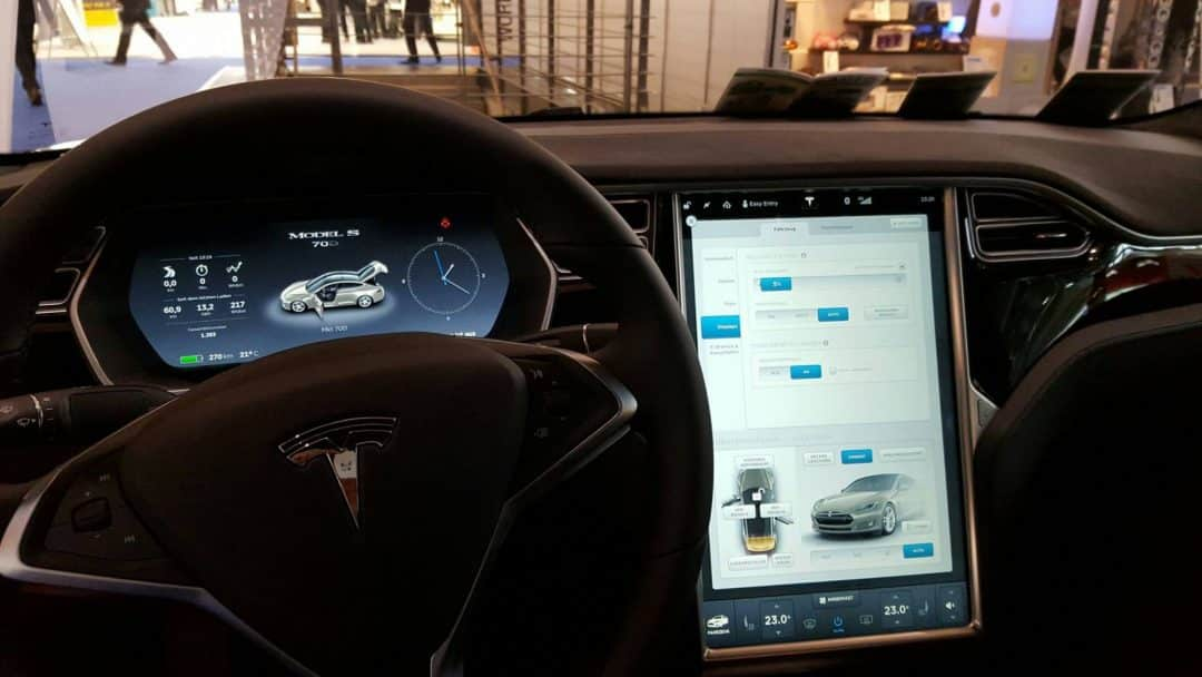 Navigationssystem Tesla auf der expert AG Messe Hannover