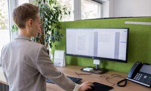 Svenja Baer am höhenverstellbaren Schreibtisch